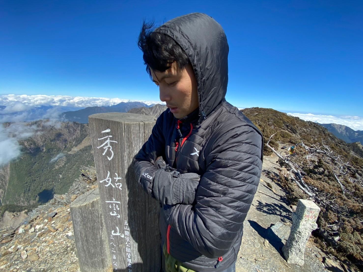 秀姑巒山的山上空曠風大,UV-2 男款變色龍2 IN 1高效保暖外套保暖蠻足夠的
