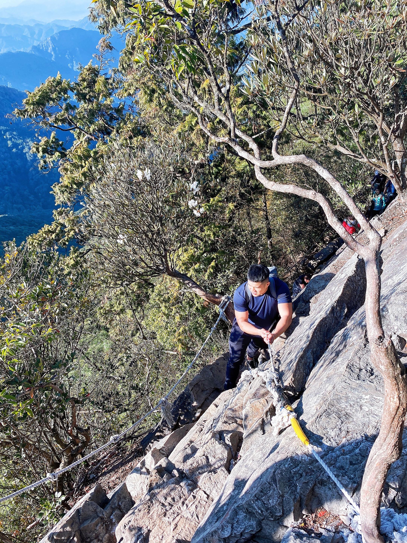 由稜線、峭壁、繩索所組成的鳶嘴山路線,看上去非常陡峭,但大多數地點都有繩索可以輔助,只要小心慢慢走,還是很安全的。